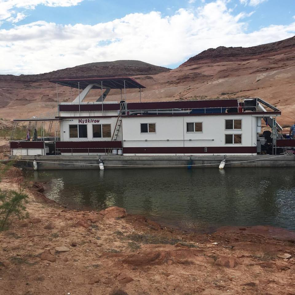 house boat, Lake Powell, Utah, canyon, blue sky, travel blogger, summer 2016