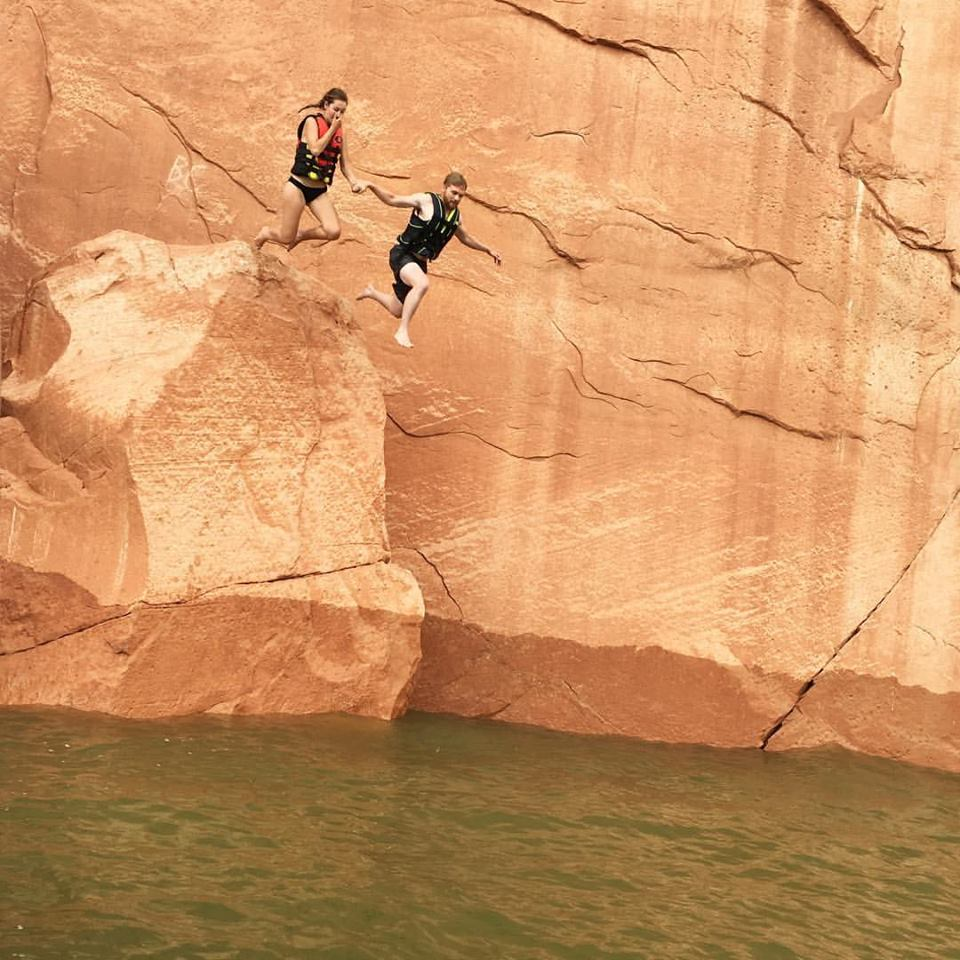 cliff jumping, so scary, Lake Powell, Utah, couples cliff jumping, travel blogger