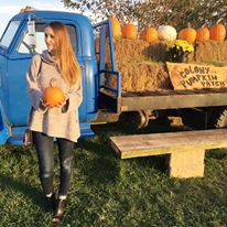 Colony Pumpkin Patch, Iowa, pumpkin picking, pumpkins, chunky sweater, black booties